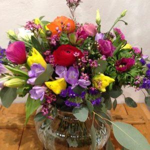 Bouquet de ranúnculos y tulipanes